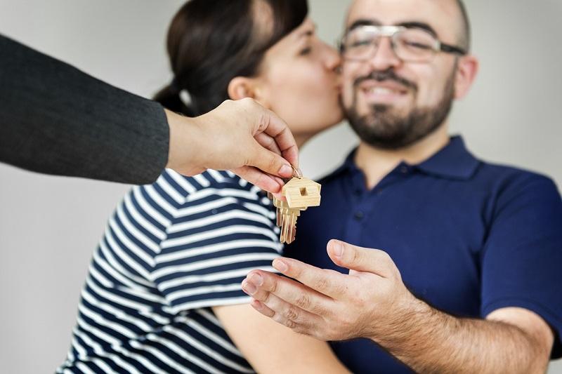 konut kredisi ile ev almış mutlu çift